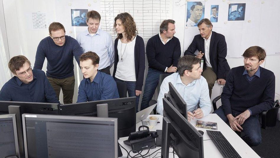SPIEGEL-Team um Buschmann (2.v.l.)