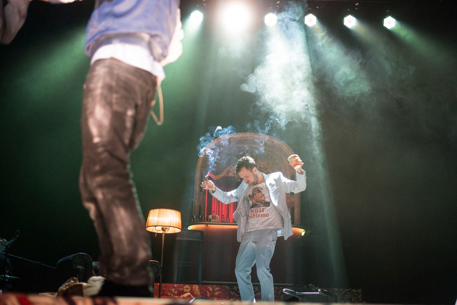 Panikherz/BERLINER ENSEMBLE/Regie/Bearbeitung: Oliver Reese/Bühne: Hansjörg Hartung/Kostüme: Elina Schnizler/Musik: Jörg Gollasch/Dramaturgie: Valerie Göhring