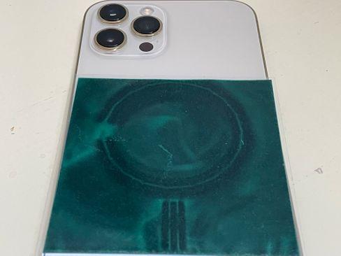 Eine Spezialfolie macht die Magnetfelder in einem iPhone 12 Pro Max sichtbar