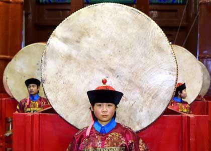 Trommlerin im Kostüm der Qing-Dynastie: Fruchtbarer Urahn
