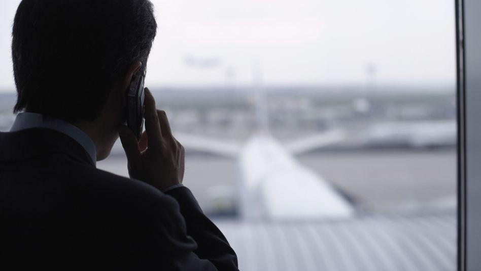 Telefonierender Geschäftsmann: Arbeitslose rufen seltener an