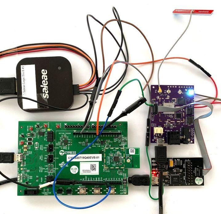 Mit diesem Test-Setup hat Classen die betroffenen Chips in den Smartphones simuliert und ihre Angriffe getestet