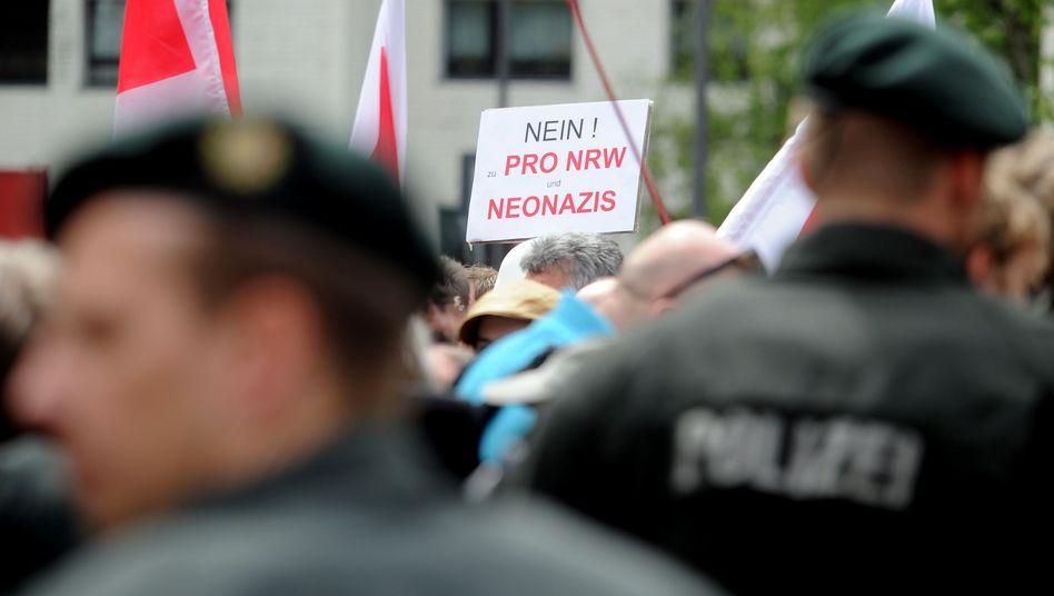 """Pro-NRW gegen Salafisten in Köln: """"Ihr habt Armeen, wir den Dschihad"""""""