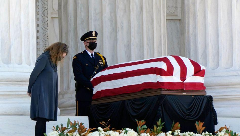 Der Sarg mit dem Leichnam von Ruth Bader Ginsburg am Eingang zum Supreme Court