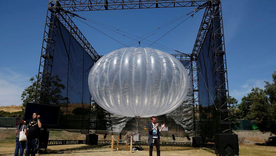Ein Heliumballon des Projekts Loon auf der Google I/O 2016