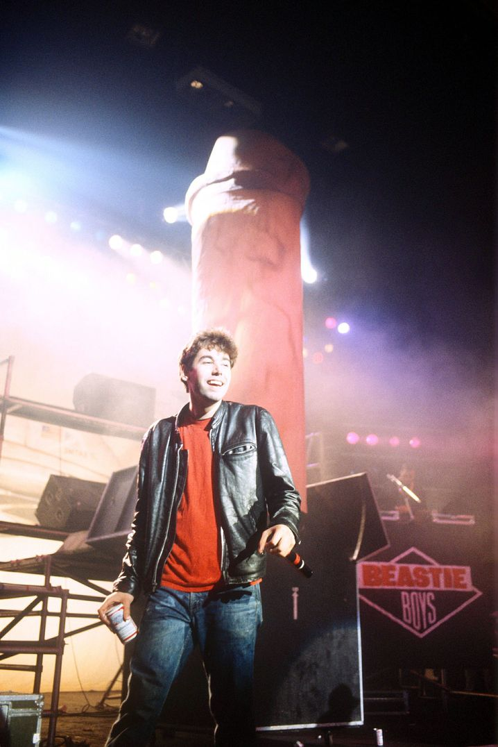 Adam Yauch mit Penis-Bühnendeko