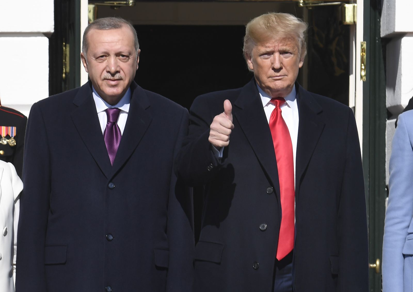 News Themen der Woche KW46 News Bilder des Tages President Donald Trump (R) gives a thumbs up to the press as he welcome