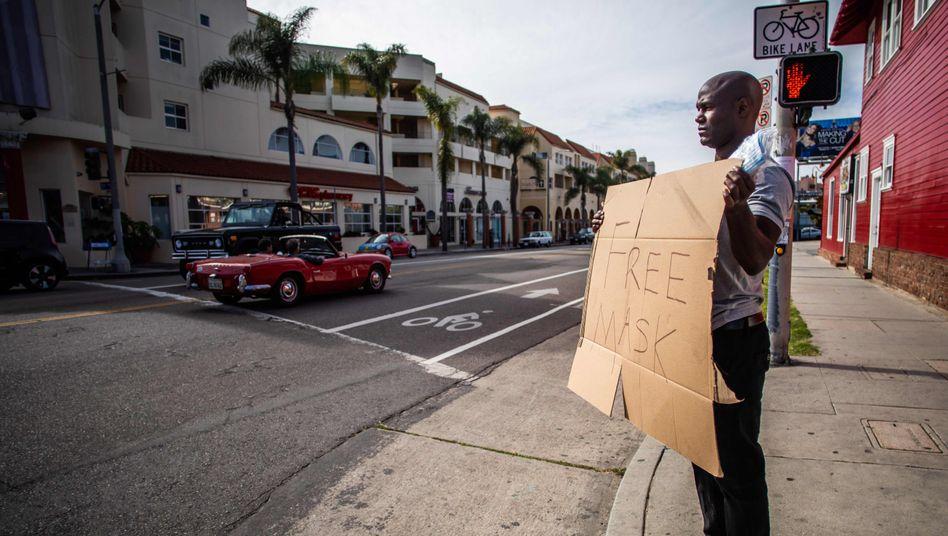 """""""Masken zu verschenken"""" im kalifornischen Venice Beach"""