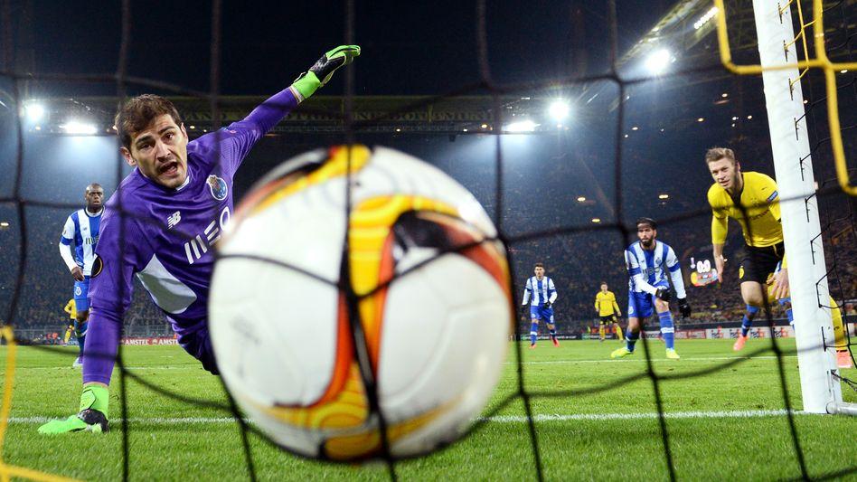 Iker Casillas (l.)