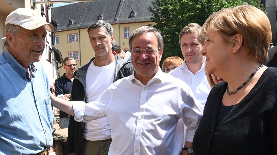 Armin Laschet und Angela Merkel am Dienstag in Bad Münstereifel: Dieses Lachen kommt von Herzen