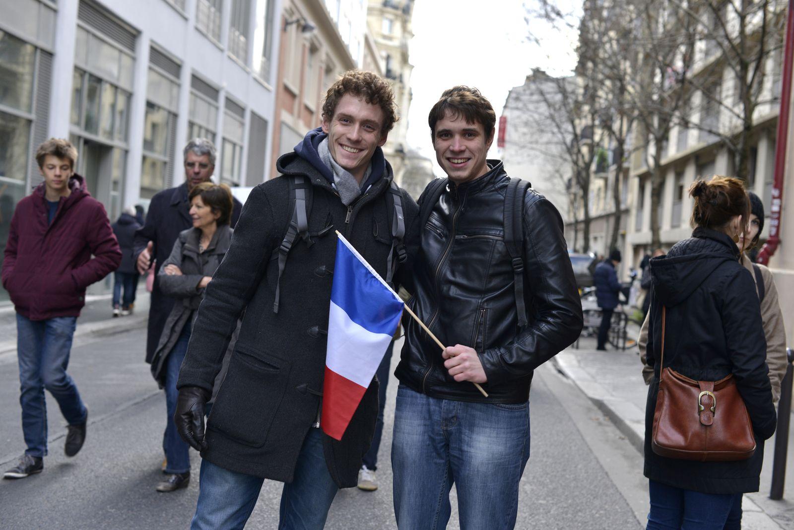 EINMALIGE VERWENDUNG Frankreich / Trauer / Paris / thomas_links_romain_rechts_1