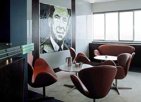 """Geschützt vor neugierigen Blicken: Mit den speziell für das Royal Hotel entworfenen """"Swan""""- und """"Egg""""-Sesseln schuf Arne Jacobsen Design-Klassiker"""