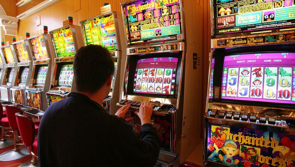 Spielhalle: Vor allem das Glücksspiel an Automaten gilt als suchtauslösend