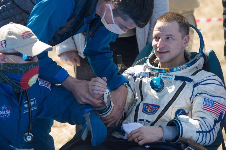 US-Astronaut Andrew Morgen kurz nach der Landung der Sojus-Kapsel in Kasachstan
