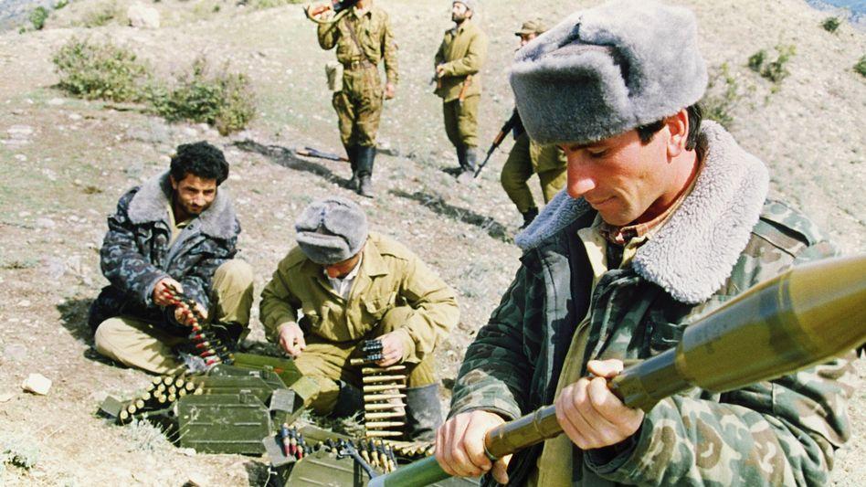 Aserbaidschanische Soldaten (1992): Der Krieg um Bergkarabach ist jetzt neu entflammt