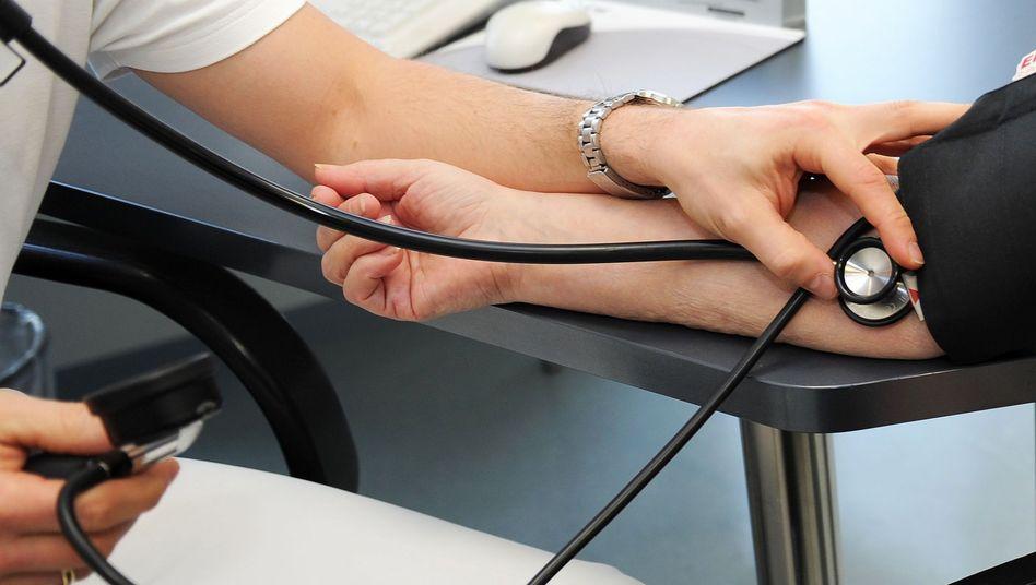 Arzttermin: Der Zusatzbeitrag der Kassen werde jährlich steigen, sagen Experten