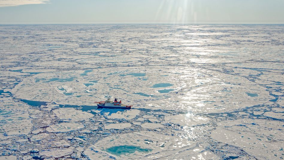 """Die """"Polarstern"""" im Arktischen Ozean"""
