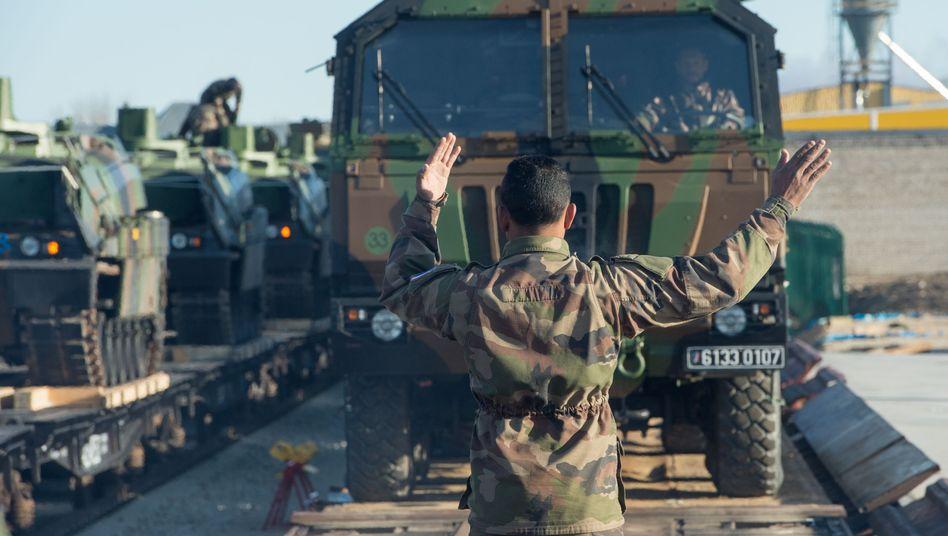 Französische Militärfahrzeuge kommen in Estland an