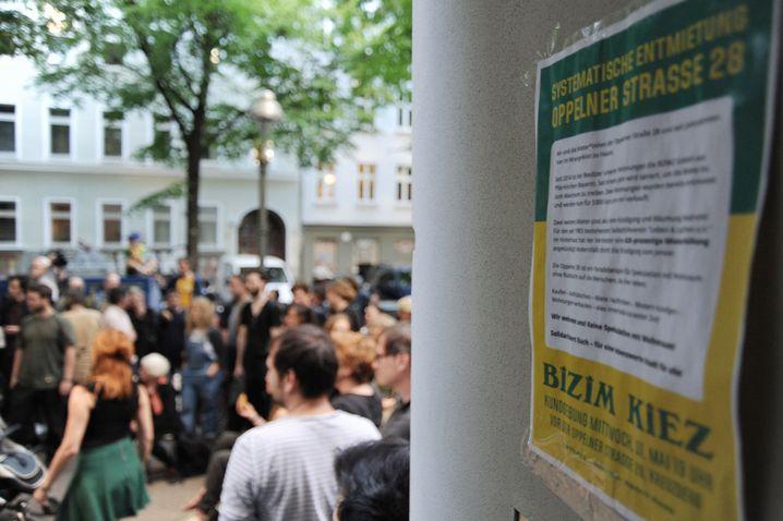Demonstration gegen BOW 2 GmbH vor dem Wohnhaus in der Oppelner Straße 28