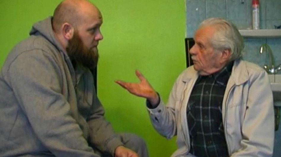 Konvertit Hans (rechts) in Werbevideo: Propagandisten jetzt auch auf Deutsch