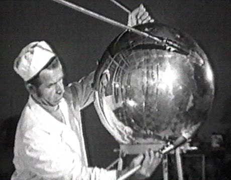 Techniker mit Sputnik-Satellit: Chruschtschows Lieblinge