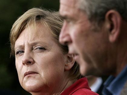Merkel und Bush: Innige Herzlichkeit bewusst vermieden