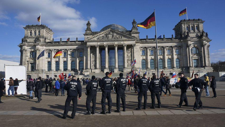 """Polizisten vor dem Berliner Reichstag: """"Yeah, bewirb dich jetzt"""""""
