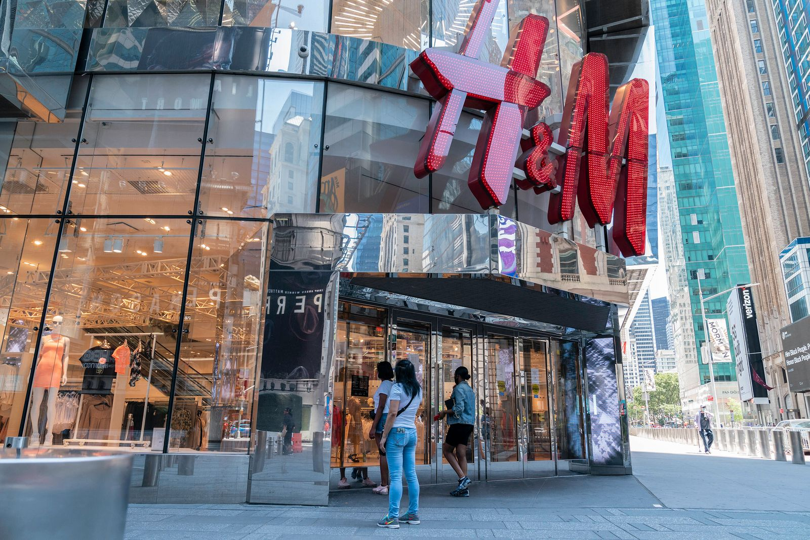 NYC restaurants, retail stores on Phase 2 reopen Retail stores start to serve customers indoors as New York City enters