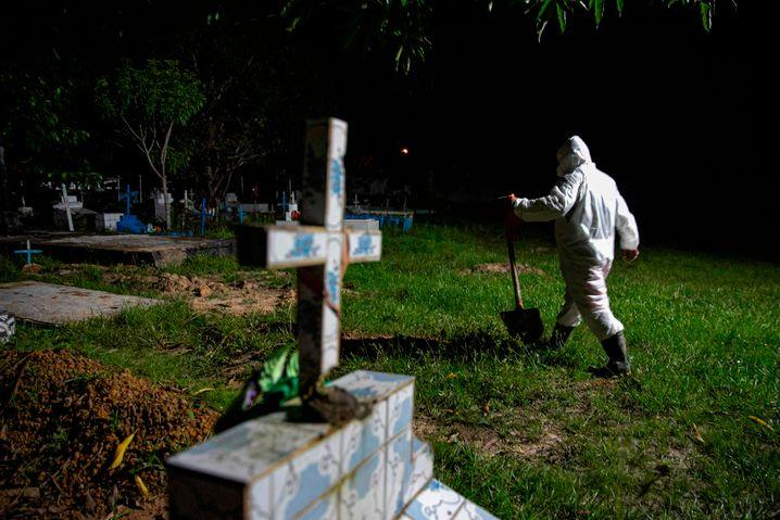 Totengräber mit Schutzkleidung auf der Marajó-Insel im Amazonas: 30.000 Menschen sind in Brasilien bereits an Covid-19 gestorben