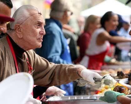 Leinwand-Legende Douglas: Zu Thanksgiving Truthahn für Obdachlose - zum 90. Geburtstag eine große Party