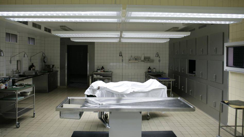 Leiche in der Rechtsmedizin: Bluthochdruck und Vorerkrankungen der Lunge scheinen das Todesrisiko zu erhöhen