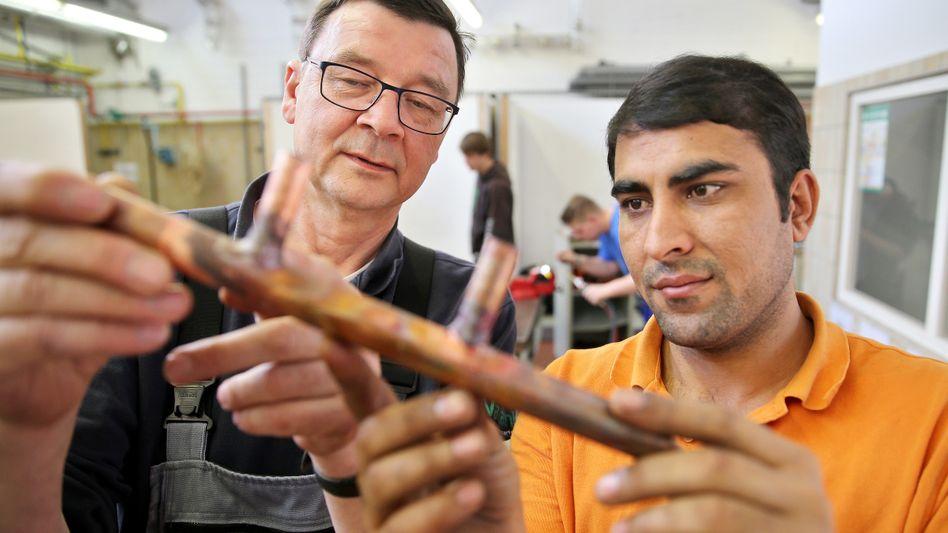 Im Handwerk klappt's: Ein Flüchtling aus Pakistan in einer Haustechnik-Firma in Chemnitz