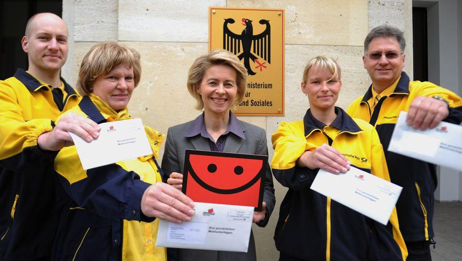 Arbeitsministerin von der Leyen mit Postboten: Die Sozialwahl muss reformiert werden