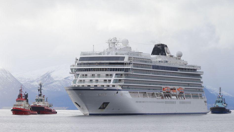 """In Seenot geratenes Kreuzfahrtschiff """"Viking Sky"""" erreicht den norwegischen Hafen Molde"""