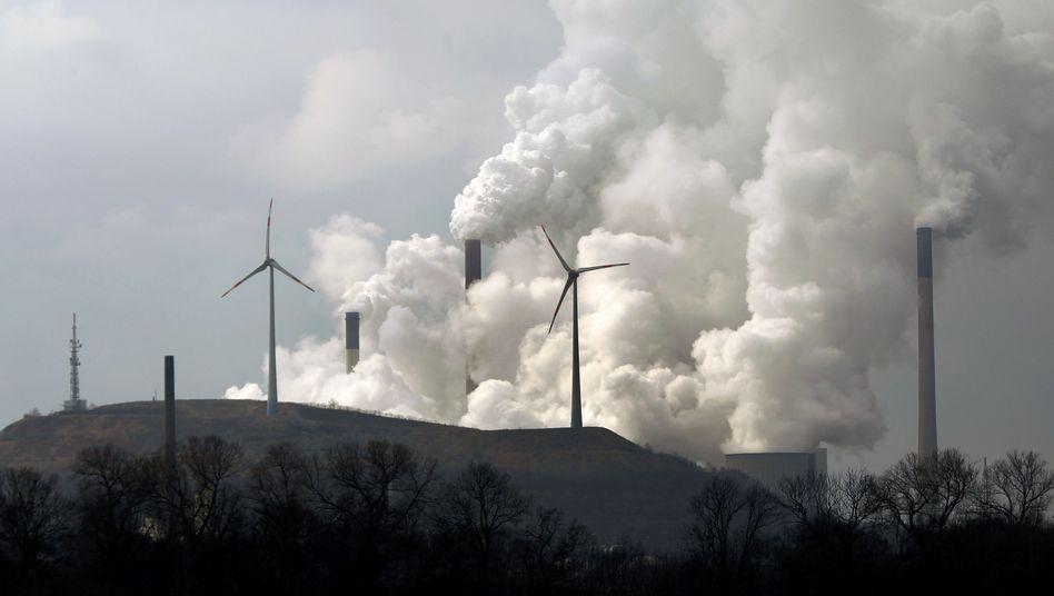 Windräder vor Kohlekraftwerk von E.on: Harte Bestandsaufnahme