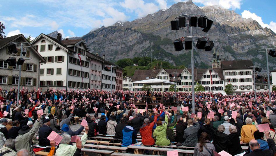 Demokratie unter freiem Himmel: Landsgemeinde im schweizerischen Glarus