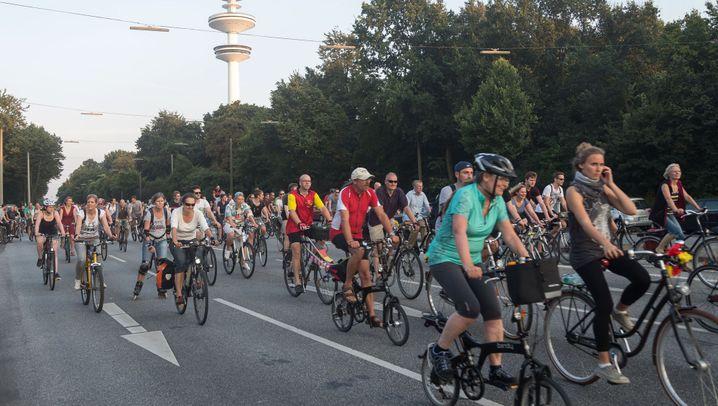 Fahrradfahrer in Deutschland: Eine Handbreite vom Lkw entfernt