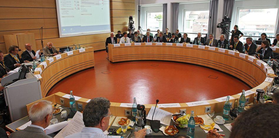 Gegner und Befürworter des Projekts S21 im Stuttgarter Rathaus
