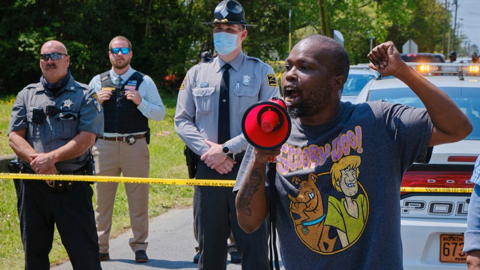 Ein Mann protestiert in der Nähe des Tatorts