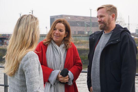Maren (Mitte) und Matthias Wagener, Gründer und Leiter der Agentur Vast Forward, im Gespräch mit Sandrina Lorenz