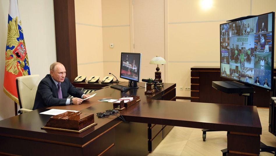 Hauptsache, der Hintergrund stimmt: Putin bei einer Video-Konferenz in seinem Arbeitszimmer in Nowo-Ogarjowo bei Moskau