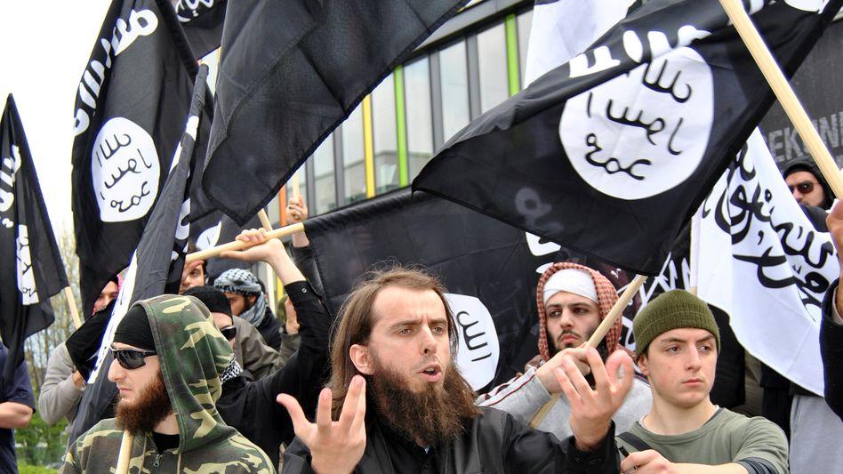 Salafisten-Unterstützer bei einer Demonstration gegen Pro NRW in Ehrenfeld (2012)