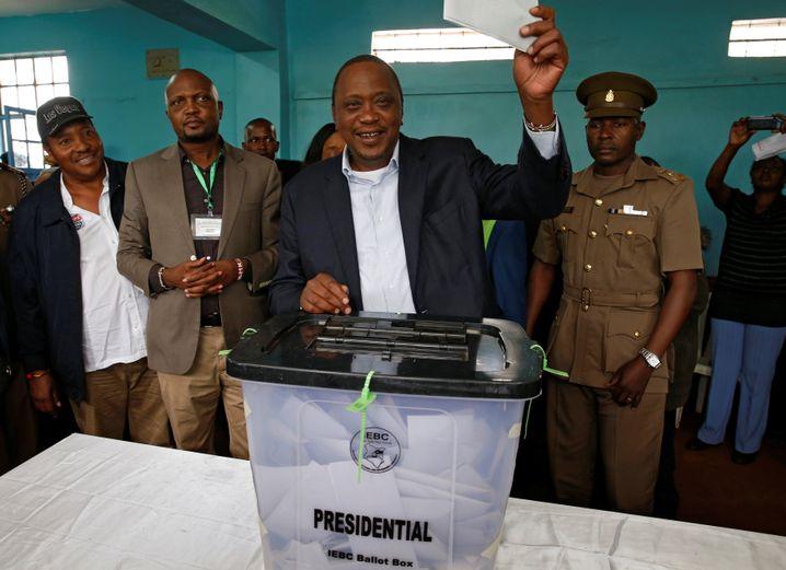 Uhuru Kenyatta am 26. Oktober bei der Stimmabgabe