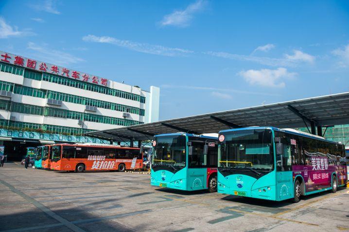 China: Elektrobusse beim Aufladen in Shenzhen