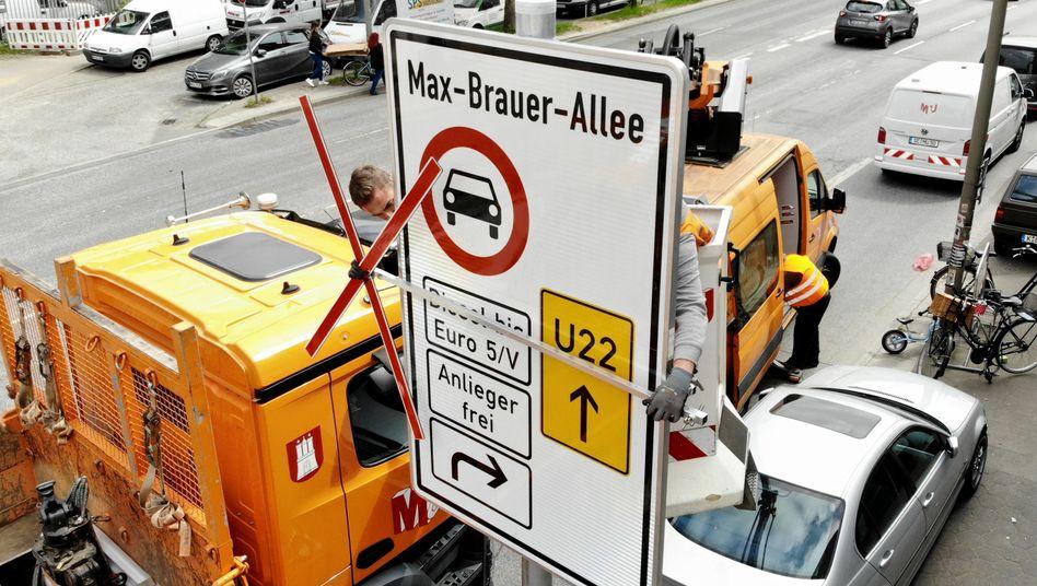 Fahrverbotsschild an der Hamburger Max-Brauer-Allee