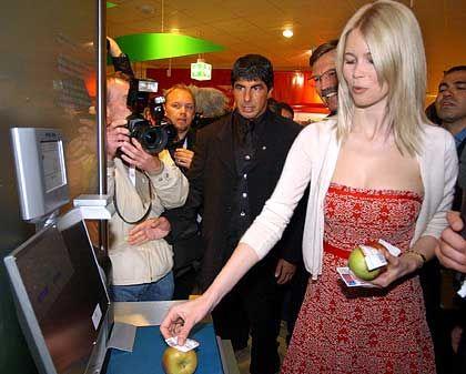 Claudia Schiffer im Metro Future Store: Irrational denkende Bürger?