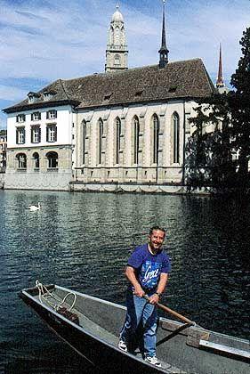 Limmatschiffer vor der Wasserkirche