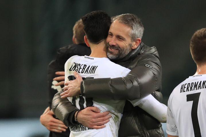 Marco Rose freut sich mit Ramy Bensebaini über den Sieg
