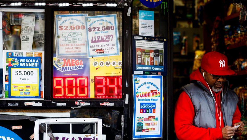 Aktuelles Schild der Lotterie Mega Millions in New York