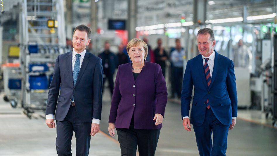 """Michael Kretschmer mit Angela Merkel im VW-Werk Zwickau: """"Muss der Kohleausstieg wirklich so schnell erfolgen?"""""""